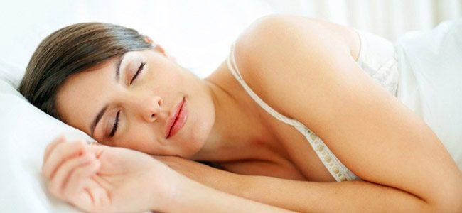 5 Τρόποι για να ομορφύνετε στον ύπνο σας